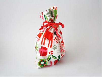 Come creare sacchettini natalizi per regali handmade